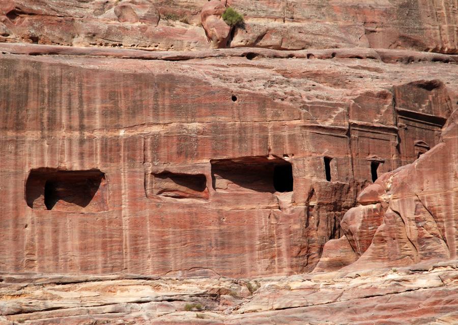 Pozostałości komór grobowych powyżej widowni teatru